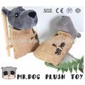 Signor. Simpatico cane e muto rimanere in sacchetto grigio su ordinazione del cane della peluche giocattoli