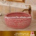shallow circular redondo vermelho pedra de cerâmica de estilo mais contra lavagem pia e lavatório