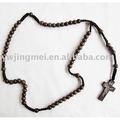 Moda colar com uma cruz do rosário de madeira contas