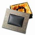 Topo e base de caixa de jóias, interior de espuma coberto com ouro tecido de cetim