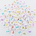 Aaa de calidad de color mezclado de acrílico 4*7mm divertido redondo de la moneda palabras en inglés de la manera joyería de las letras del alfabeto