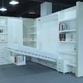Economia de espaço cama de parede com sofá e estante de livros