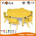 los niños alrededor de la mesa y una silla conjunto