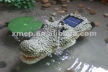 Resina pedra movido a energia Solar ao ar livre única fonte de água em crocodilo flutuante