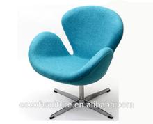silla del cisne de color azul en la tela de micro