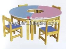 De dibujos animados de mesa y silla para los niños