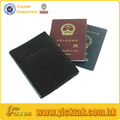 la cubierta de color de cuero titular del pasaporte