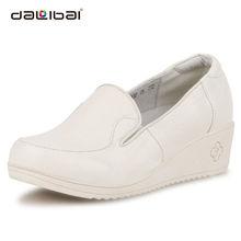 Pulire scarpe di pelle bianca, signore bianche tacco alto scarpe infermiere