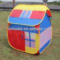 pequena casa coloridos crianças brincam tendas