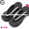 wa ging de regalo y la prima de feria tradicional japonés de recuerdo negro con encaje blanco del geta sandalia