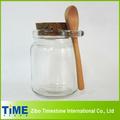 frasco de vidrio con tapa de corcho y una cuchara