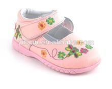 Bordado de la flor de a medida de color rosa handwewn vías zapatos de bebé para 2014