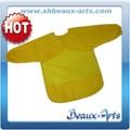 corto de color amarillo y pintura para niños delantal
