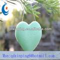 En forma de corazón verde té konjac esponja para limpieza facial