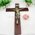 grande parede de madeira decoração crucifixo