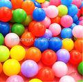 Colorido piscina de bolas de plástico bola