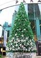 Iluminación gigante de la navidad del árbol decorado