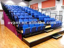 Sitzplätze mit zwei der an der Wand befestigten Faltestühlen der Schiene systerm Wand-Faltestühle einziehbare Sitzplatz-Tribüne teleskopischen
