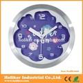 la imagen de dibujos animados reloj de pared con el material de metal