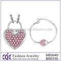 ピンクのハート形のクリスタルジュエリーセット、 ペンダントネックレスとブレスレットが含まれます