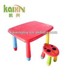 colorido de dibujos animados de mesa y una silla para niños