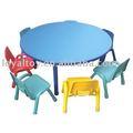 niño en edad preescolar de mesa y una silla