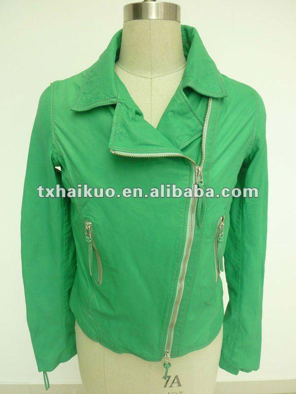 ผู้หญิง' สีเขียวเปิดลงปกเสื้อหนังรถจักรยานยนต์ที่มีความยาวซิป