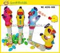 gallo de dibujos animados con la luz y la música de juguete para el caramelo