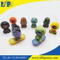 Plástico figura dos desenhos animados brinquedos e presente da promoção brinquedo figura, mini brinquedos de plástico figura com placa do patim