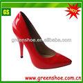 Zapatos exclusivos de vestir de tacón alto de suela roja para damas.