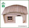 cute maison hamster du bois naturel avec le toit rond pont