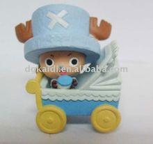 Bebê bonito com um carrinho / brinquedo vivo bebê