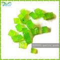 Pequeñas piezas de cristal verde del suelo, de cristal de barro, gel de bolas de agua