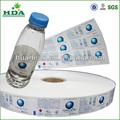 Envelopper les étiquettes des bouteilles en plastique d'eau minérale