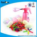 el agua de colores globo de látex con inflador