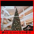 Centre commercial à l'intérieur avec boule de noël arbre décoratif