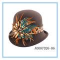 de color marrón de rusia sombrero de la mujer con la flor de la pluma