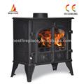 moderner hölzerner brennender Ofen mit Dampfkessel