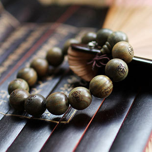 Wholesale Tibet Jewelery Natural Green sandalwood 15mm Beads Carved statues Buddha Bracelet Men / Women Gift Religion Charm