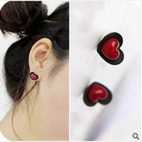 Black heart shaped lovely paragraph of the love stud earring