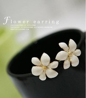 free shipping Free Shipping Elegant White Flower With Golden Pistil Earrings Wholesale Jewelry (White) E24