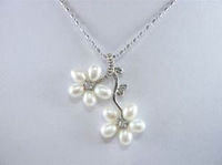 beautiful white pearl flower pendant necklace