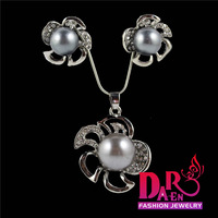 Daren 2 pieces jewelry sets wholesale pearl flower pendant necklace and stud earrings Jewelry Sets DST011