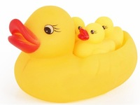 2014 new baby toy 1 Mother & 3 yellow Ducks Cute Baby Girl Boy Bath Bathing Classic Toys Rubber Race Squeaky Ducks Set wholesale