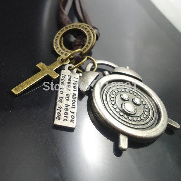 La conception unique croix. vintage bronze antique en métal mens. réveil pendants colliers bijoux en cuir
