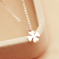 Clover Rose Gold Titanium Necklace Flower Necklace Europe and the United States major suit star the same paragraph Free Shipping