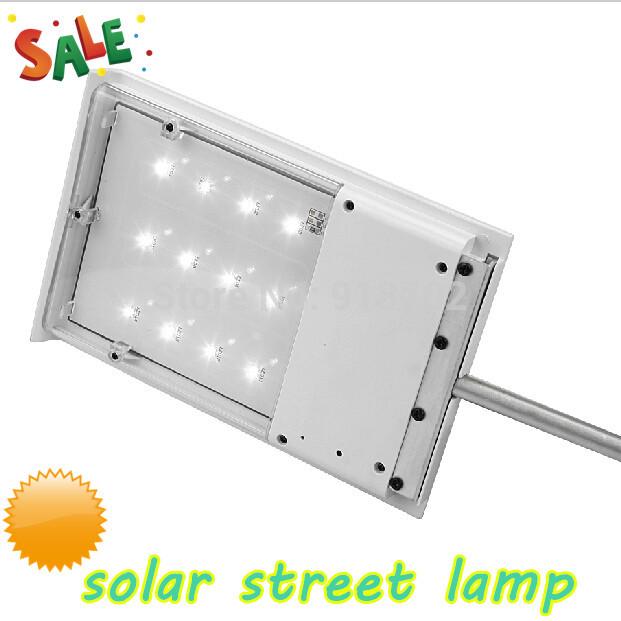 Уличные светильники на столбах на солнечной энергии