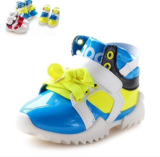 Малыш мальчик обувь мальчик осенью