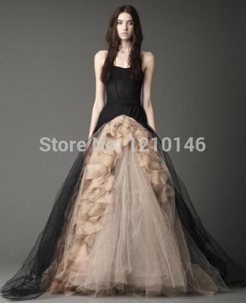 Une ligne bretelles gothique victorien robe de mariée à volants en ...