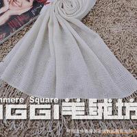 Thin models take orders velvet shawl yarn Luo women weave through the empty warp scarf